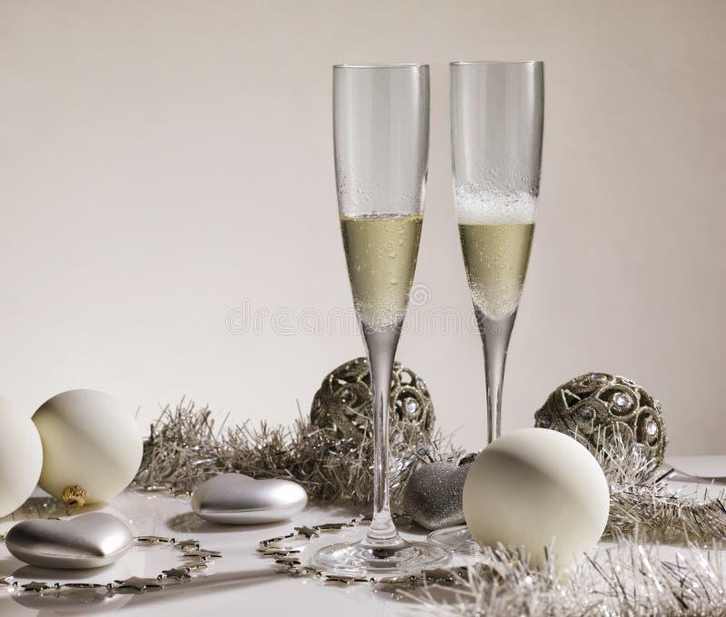 Para szampańscy szkła z sreber bożych narodzeń i ornamentów półdupkami zdjęcie royalty free