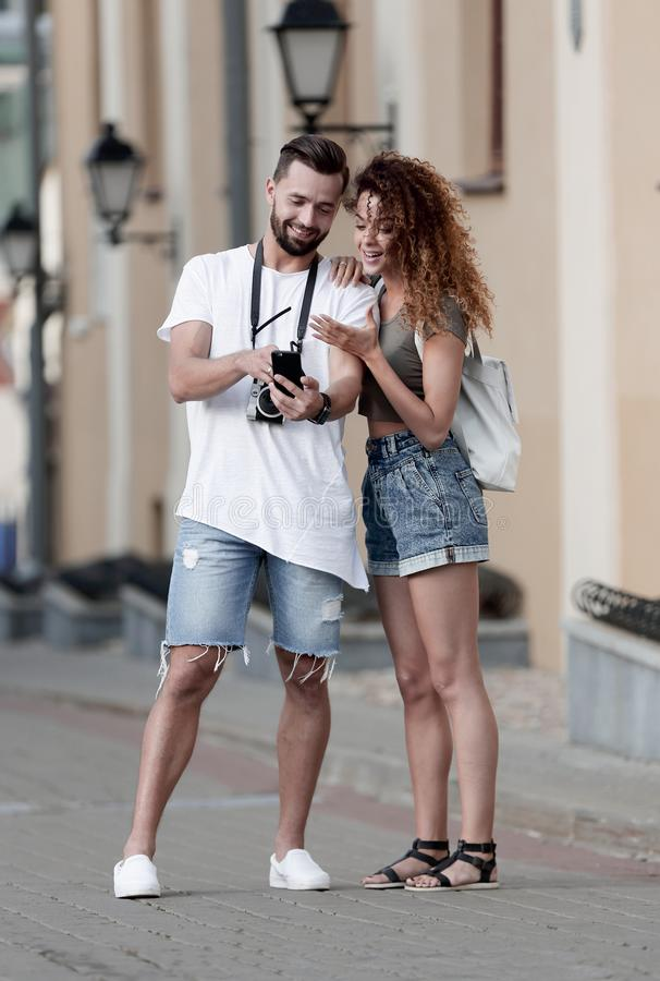 Para szczęśliwi uśmiechnięci turyści chodzi wokoło miasta zdjęcie royalty free