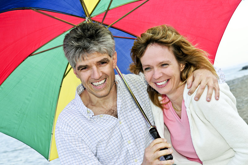 para szczęśliwy dojrzały parasolkę obrazy stock
