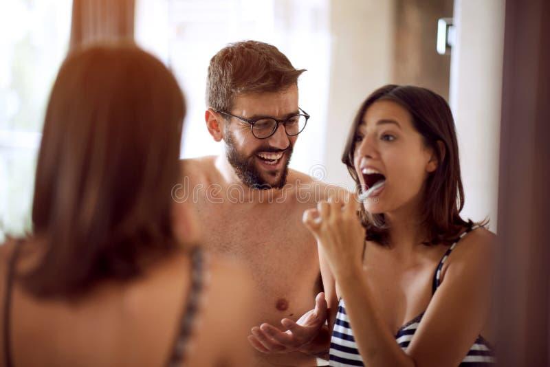 Para szczotkuje ich zęby w łazience zdjęcia stock