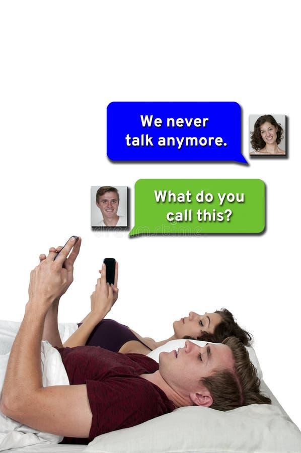 Para texting w łóżku zdjęcia royalty free