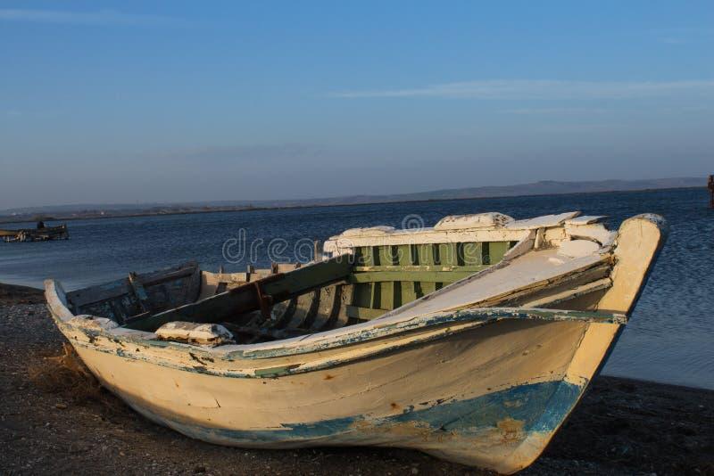 Para tornar-se mais velho pelo mar Barco abandonado Tien Shan por muito tempo andando na ilha da areia em Canakkale em Turquia fotos de stock royalty free