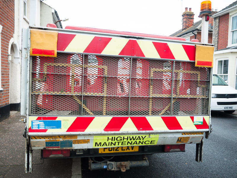 Para trás da camionete da manutenção da estrada fora da construção imagem de stock