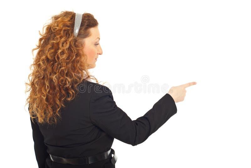 Para trás da mulher de negócio que aponta ao lado fotos de stock