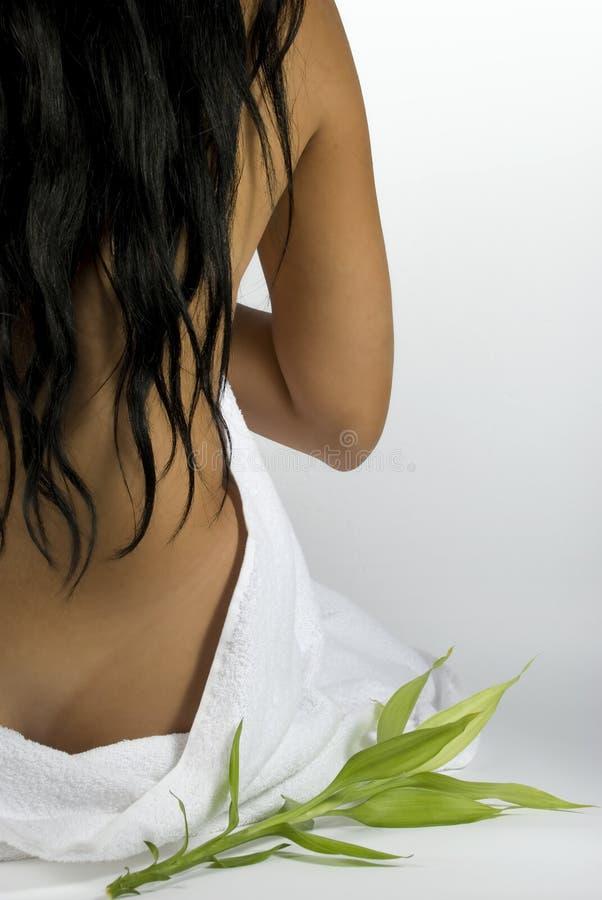 Para trás da mulher na massagem dos termas   fotografia de stock