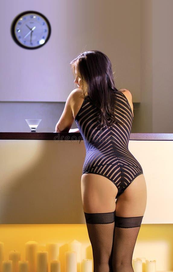 Para trás da mulher 'sexy' em uma barra fotografia de stock
