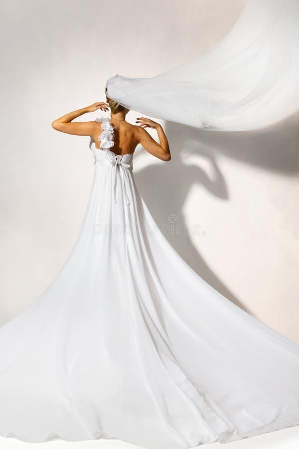 Para trás da noiva no vestido branco do casamento imagens de stock