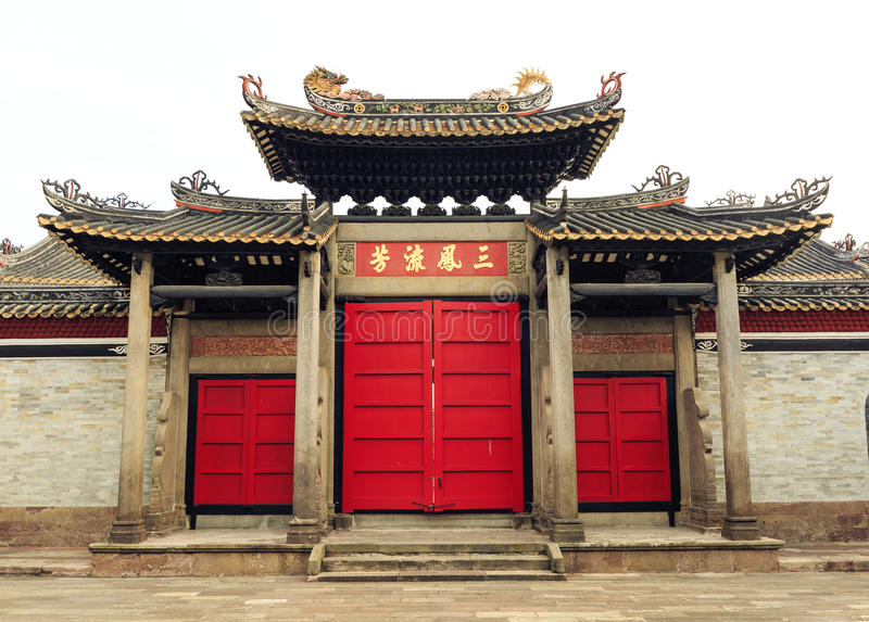 Para trás da porta da construção tradicional chinesa de Ásia com projeto e teste padrão do estilo clássico oriental em China fotos de stock royalty free