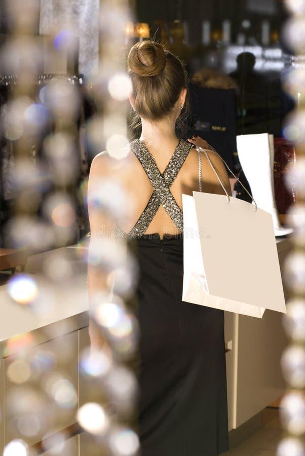 Para trás da senhora no boutique foto de stock royalty free