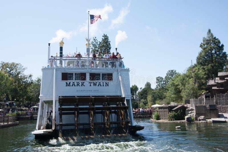 Para trás de Mark Twain Riverboat em Disneylândia, Califórnia imagens de stock