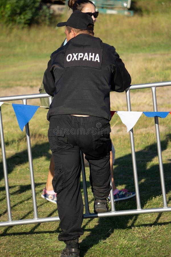 Para trás de um agente de segurança na frente da multidão borrada - Rússia Berezniki 21 de julho de 2018 imagem de stock