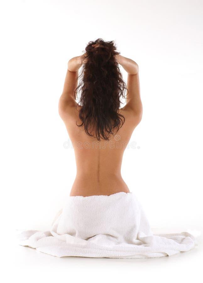 Para trás de um brunette novo durante a meditação imagens de stock