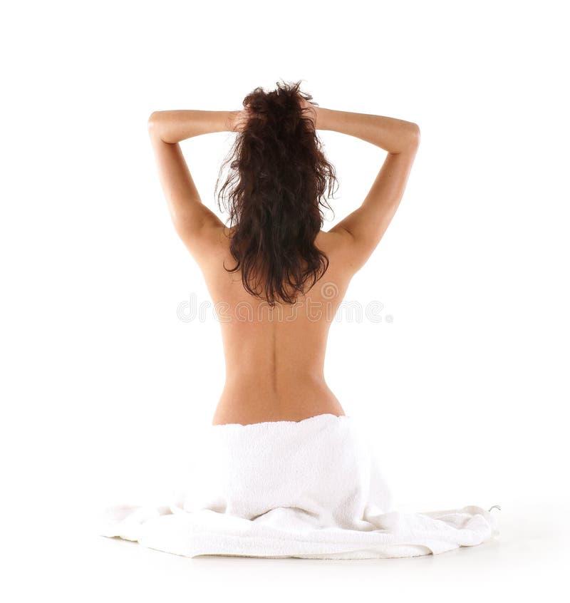 Para trás de um brunette novo durante a meditação foto de stock royalty free