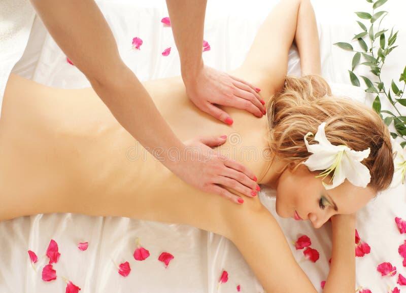 Para trás de uma jovem mulher em um procedimento da massagem fotos de stock