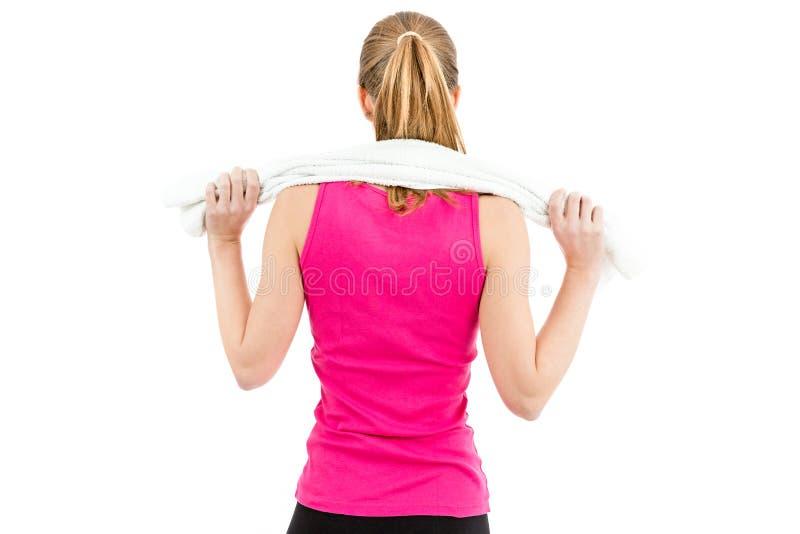 Para trás de uma mulher com uma toalha em torno de seu ombro após dar certo fotografia de stock royalty free