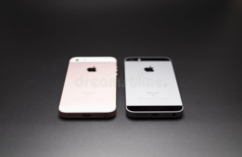 Para trás do ouro cor-de-rosa e do preto do SE de Iphone fotos de stock royalty free