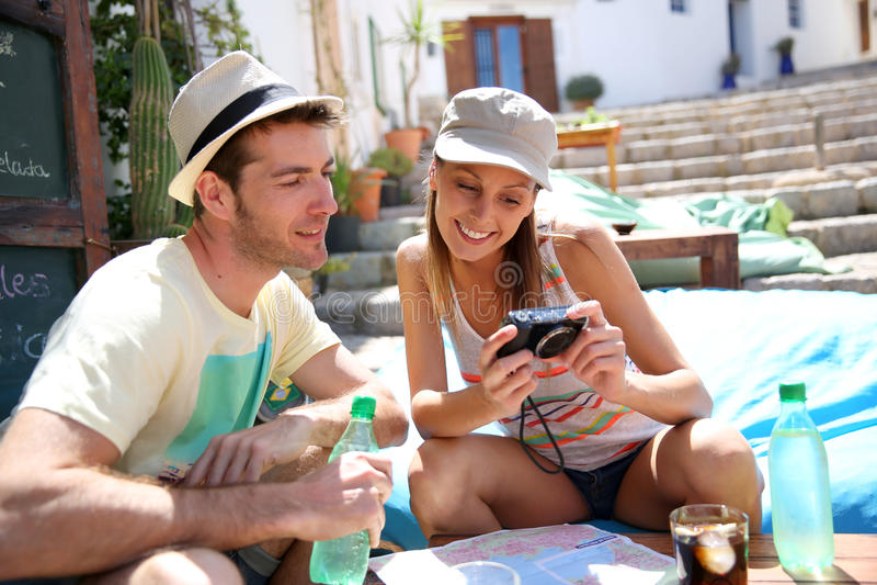 Para turyści sprawdza zdjęcia w sklep z kawą fotografia stock