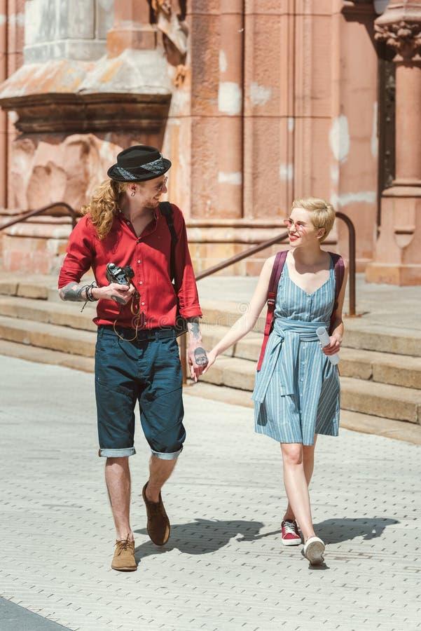 para turyści z kamery mienia rękami i odprowadzenie w mieście zdjęcia stock