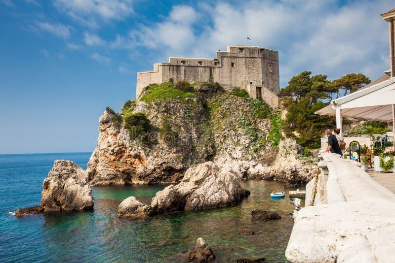 Para tury?ci patrzeje Dubrovnik Zachodniego molo Lovrijenac lokalizowa? na zachodniej ?cianie miasto i ?redniowiecznego fort fotografia royalty free