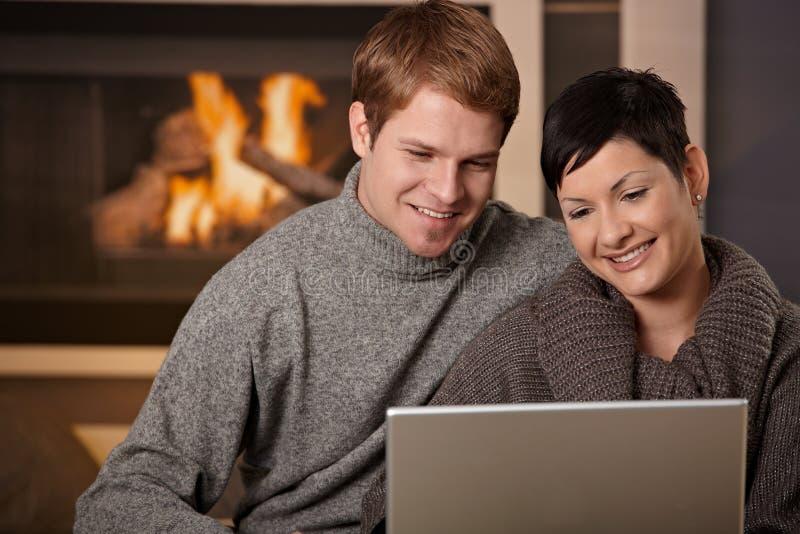 Para używać laptop przy zima