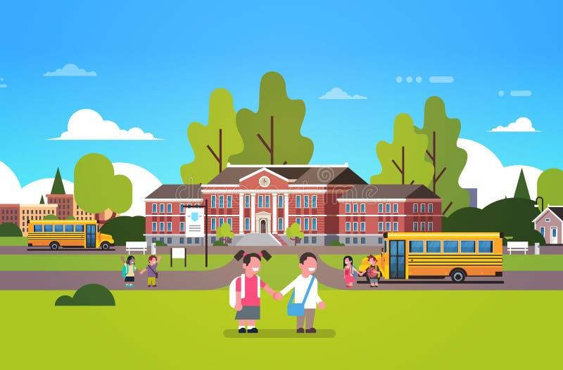 Para uczni chwyta ręk budynku szkoły jarda żółtych autobusowych dzieci mali początkowi ucznie kształtują teren tła mieszkanie ilustracja wektor