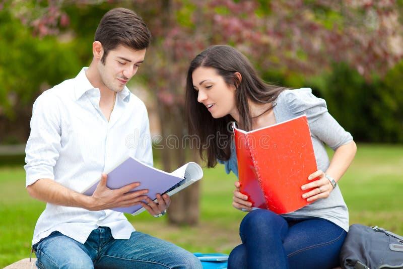 Para ucznie przy parkiem obraz stock