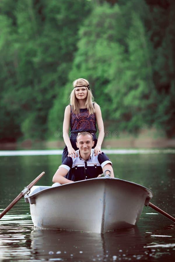 Para unosi się na łodzi fotografia stock