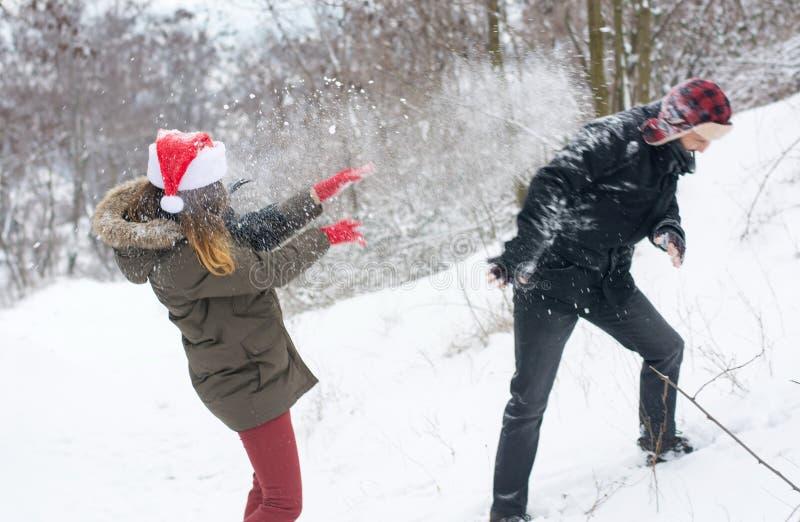 Para w śnieżnej walce w wzgórzu zdjęcia stock