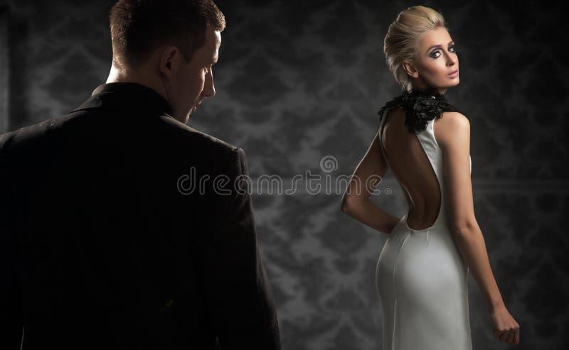 Para w ciemnym pokoju obraz stock