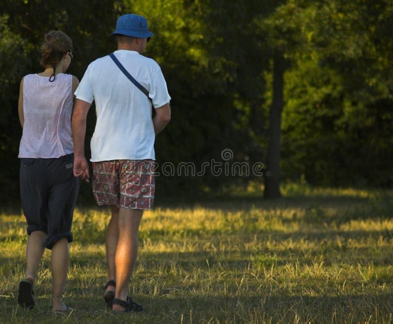 para w dół łąkowi chodzące young obraz royalty free