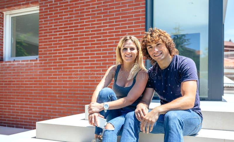 Para w frontowym nowym domu obraz stock
