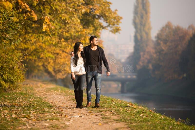 Para w jesień parku fotografia royalty free