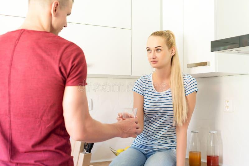 Para w kuchni Obsługuje wręczać kobiety szkło zdrowy domowej roboty owocowy sok Dieting i detox pojęcie obraz royalty free