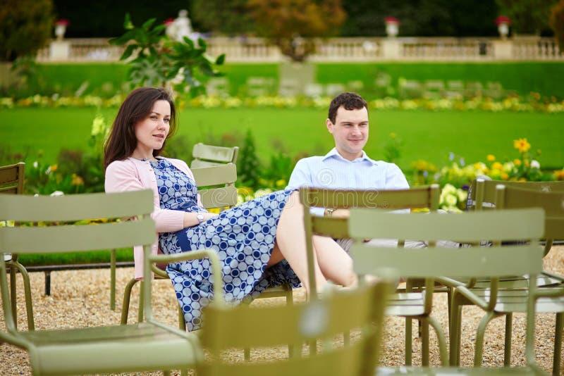 Para w Luksemburg ogródzie Paryż zdjęcie stock