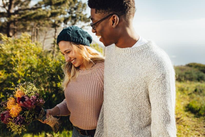 Para w miłości chodzi wpólnie outdoors zdjęcie royalty free