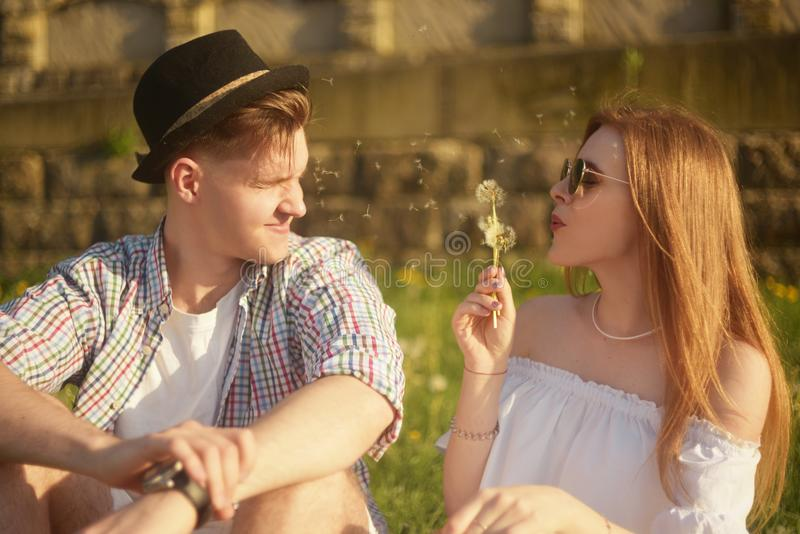 Para w miłość podmuchowych blowballs kwitnie w twarzach each inny Uśmiechnięci i roześmiani ludzie ma dobrego czas outside obrazy stock