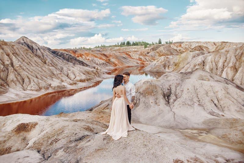 Para w miłość uściśnięciach całuje szczęśliwego życie, mężczyzna i kobiety zmierzch, zdjęcie royalty free