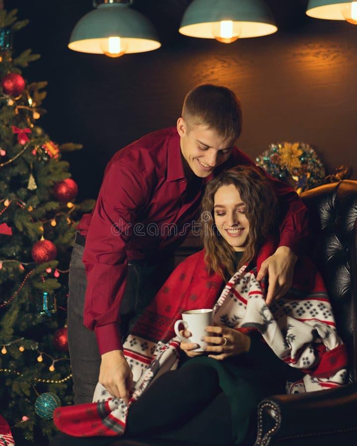 Para w miłości świętuje boże narodzenia obrazy stock