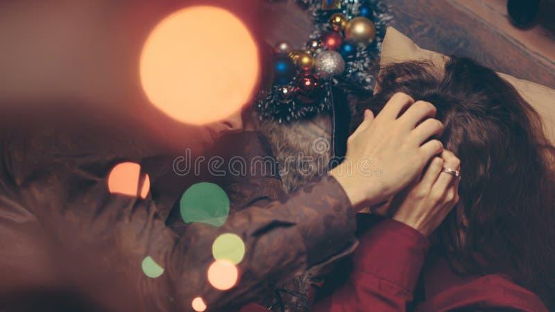 Para w miłości świętuje boże narodzenia zdjęcie stock