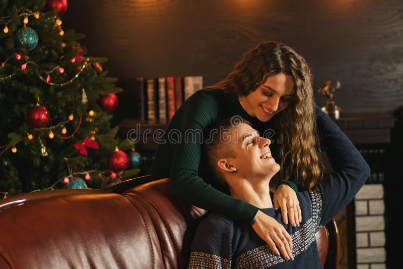 Para w miłości świętuje boże narodzenia fotografia stock