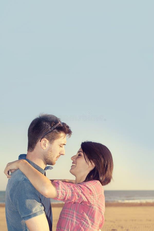 Para w miłości całuje przed oceanem zdjęcie royalty free