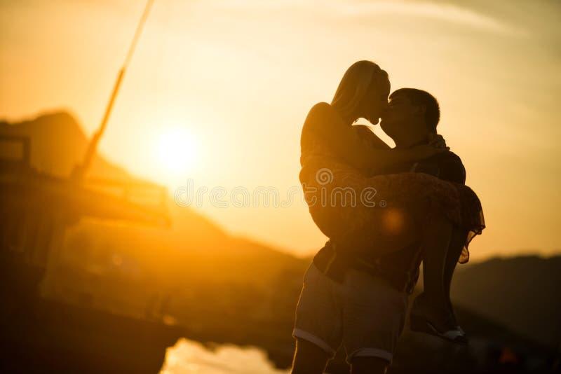 Para w miłości całuje przy zmierzchem sylwetka obraz stock