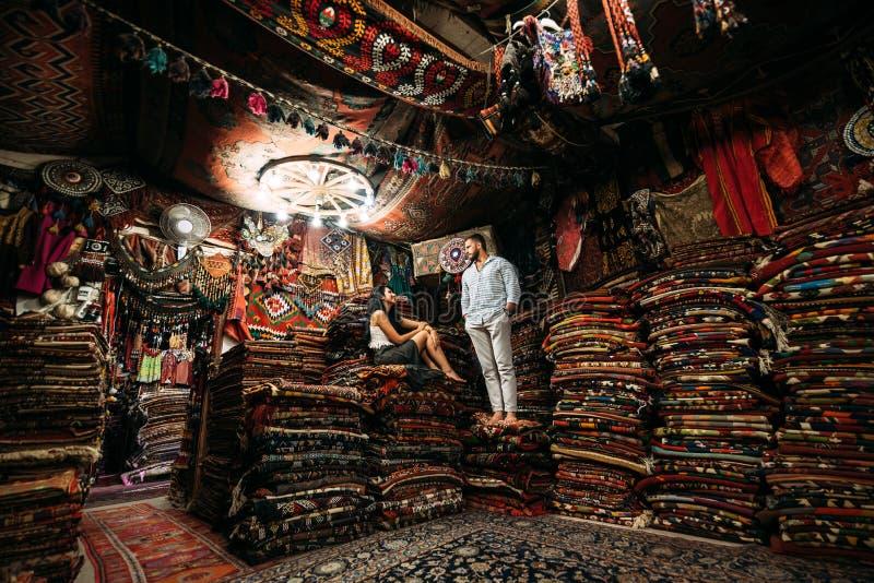 Para w miłości w dywanu sklepie zdjęcie royalty free