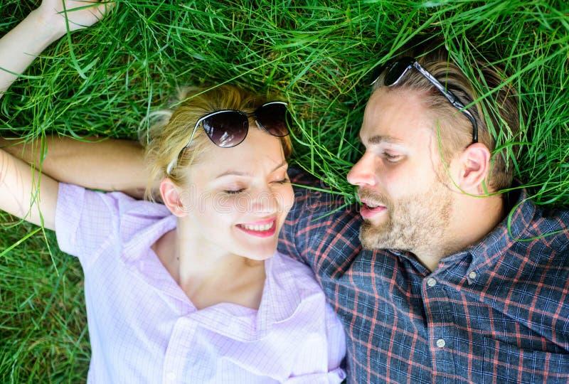 Para w miłości jednoczącej z naturą Natura wypełnia one z świeżością i inspiracją Faceta i dziewczyny szczęśliwy beztroski cieszy zdjęcia royalty free