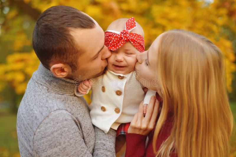 Para w miłości kłama na jesień spadać liściach w parku, kłamający na dywaniku, cieszy się pięknego jesień dzień Szczęśliwi radośn obrazy royalty free