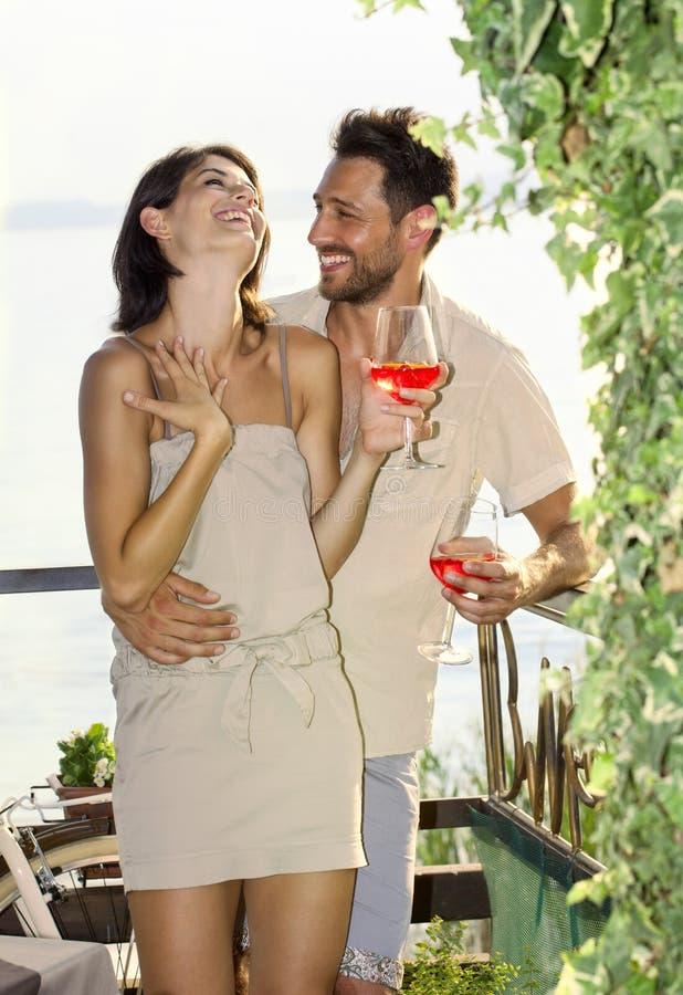 Para w miłości ma spritz czas z jeziornym widokiem zdjęcie stock