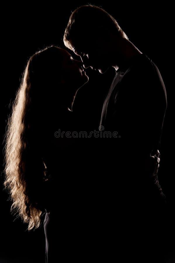 Para w miłości nad ciemnym tłem fotografia stock