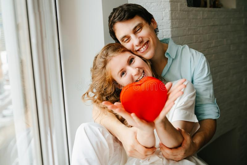 Para w miłości ogląda prezenta serca pudełko na walentynka dniu zdjęcie royalty free