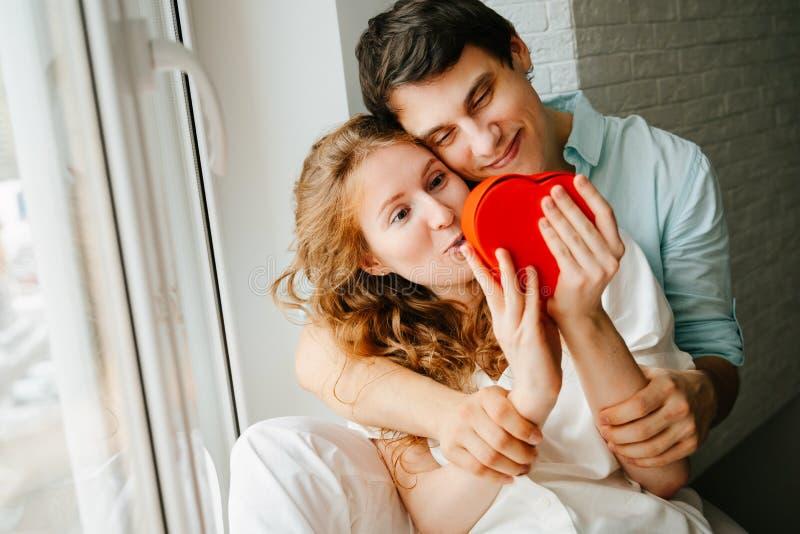 Para w miłości ogląda prezenta serca pudełko na walentynka dniu obrazy royalty free
