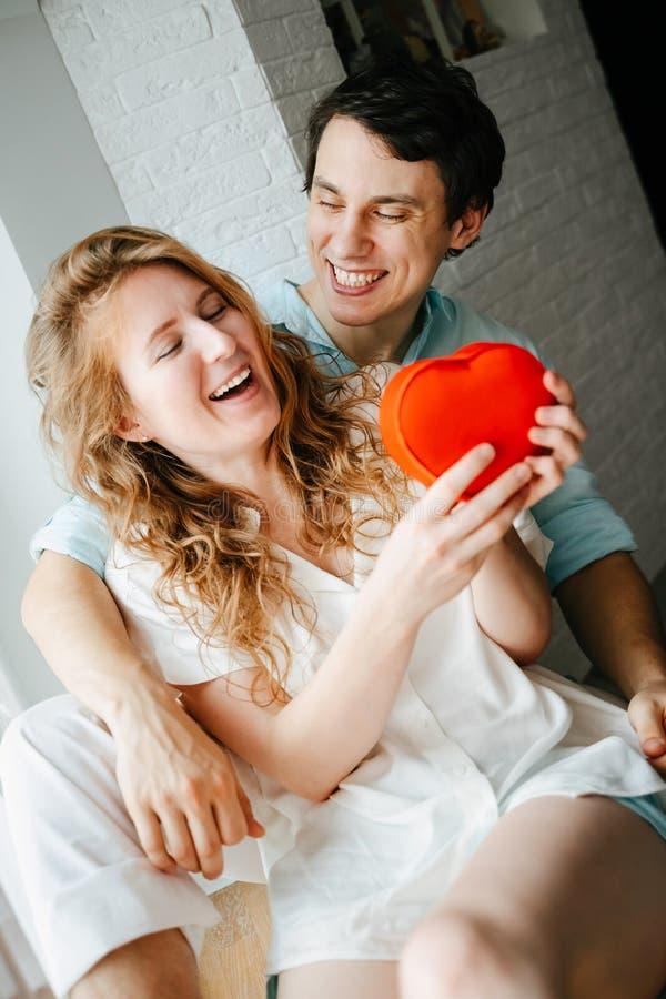 Para w miłości ogląda prezenta serca pudełko na walentynka dniu fotografia royalty free